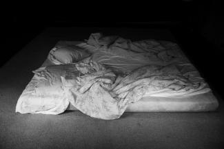 Digitale Fotografie eines improvisiertes Bettes mit gemusterter Bettwäsche.